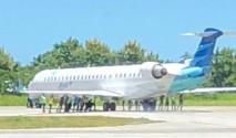 Potniki porivali letalo, ker letališče ni imelo servisnega vozila?