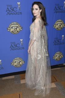 Angelina v času, ko se vse vrti okrog Jen, blestela v prosojni obleki