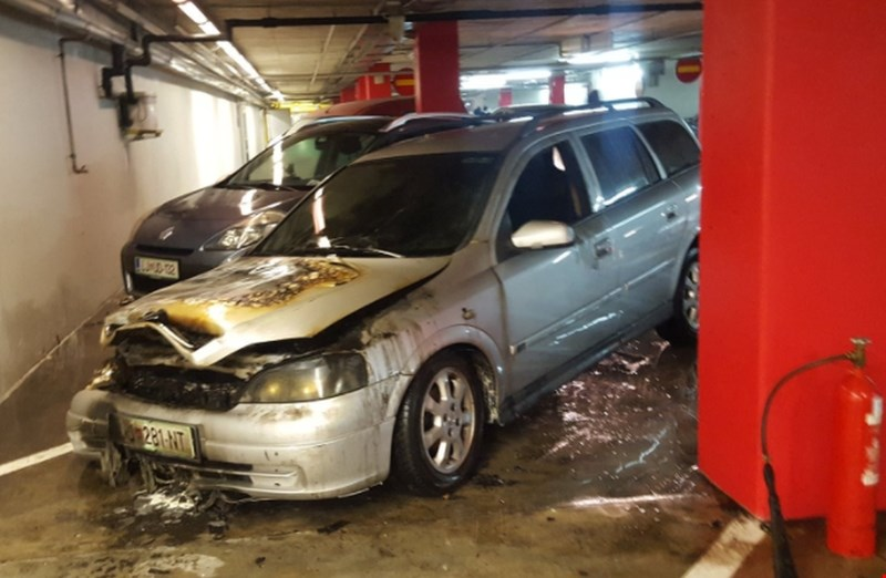 V garaži Mercator centra  v Šiški včeraj zagorel avtomobil, zjutraj plug na parkirišču