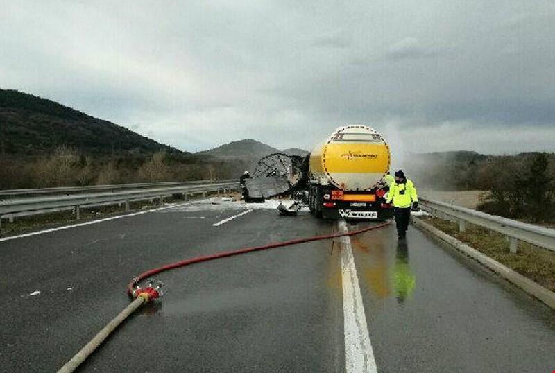 V  verižnem trčenju štirih vozil na primorski avtocesti zagorela cisterna, voznik umrl