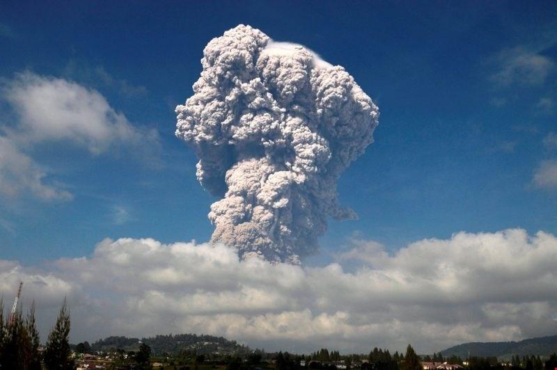 #video Na Sumatri izbruhnil vulkan Sinabug, oblak pepela sega pet kilometrov v višino