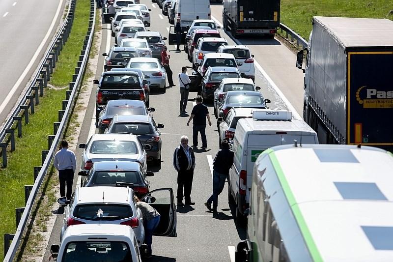 Cestni alarm: na slovenskih cestah gneča in zastoji, na hrvaški avtocesti v smeri Splita 25-kilometrska kolona
