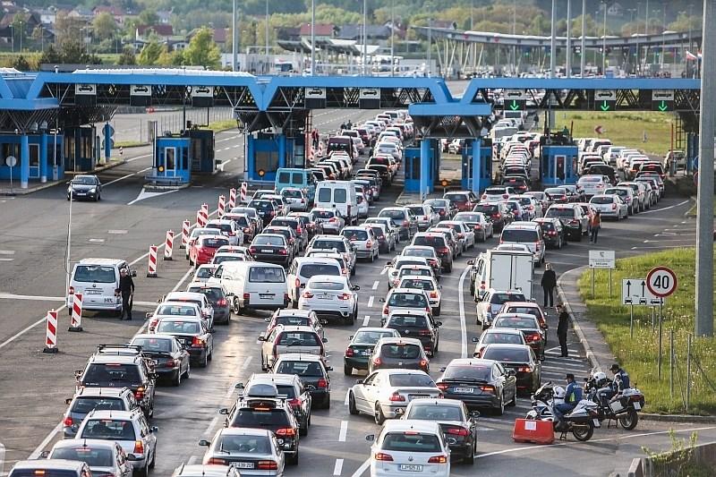 Cestni alarm: na cestah že večkilometrski zastoji, na mejnih prehodih s Hrvaško čakalna doba